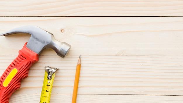 Mesa com implementos de carpinteiro Foto gratuita