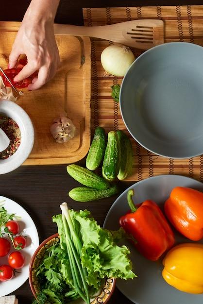 Mesa com legumes prontos para uma salada saudável Foto Premium
