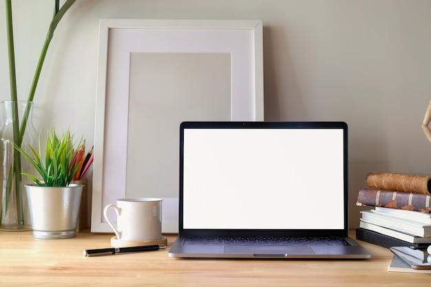 Mesa contemporânea do espaço de trabalho com portátil e cartaz na mesa. Foto Premium