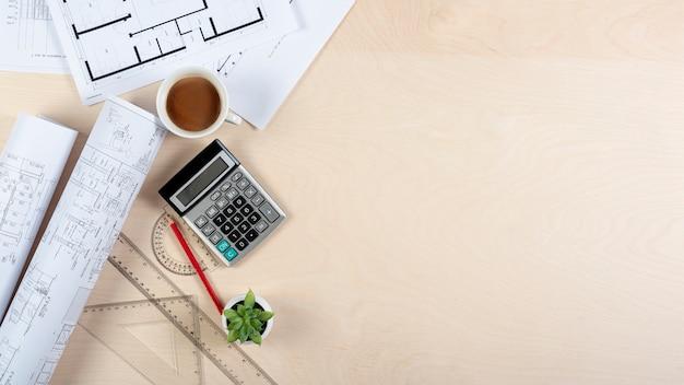Mesa de arquiteto com planos e cópia-espaço Foto gratuita