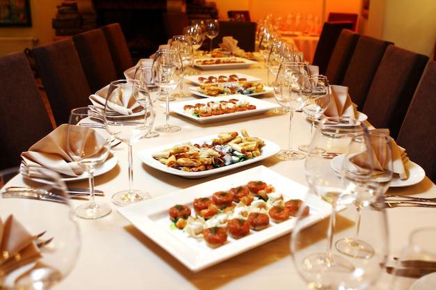 Mesa de banquete com lanches Foto gratuita