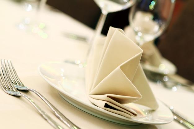 Mesa de banquete com serviço de restaurante Foto gratuita