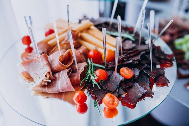 Mesa de banquete decorada com lanches em um casamento Foto gratuita