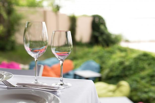 Mesa de banquete para os hóspedes ao ar livre com vista para a natureza verde Foto Premium