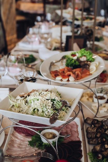 Mesa de banquete totalmente servida no casamento. banquete festivo de casamento. Foto Premium