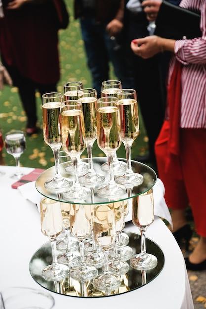 Mesa de buffet comemorativo. na mesa, taças de champanhe. Foto Premium