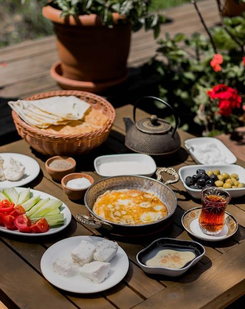 Mesa de café da manhã com omelete, queijo, azeitona e legumes. Foto gratuita