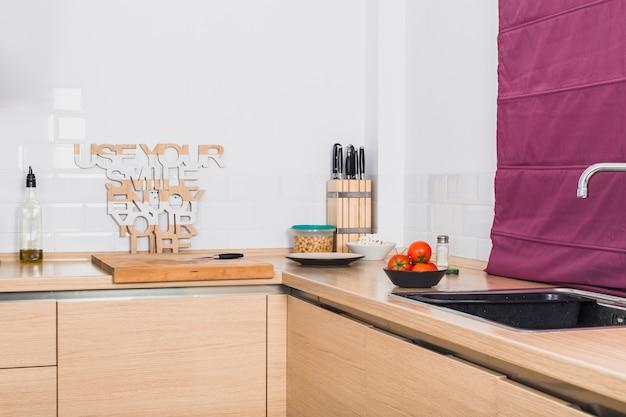 Mesa de canto de cozinha agradável com produtos Foto gratuita