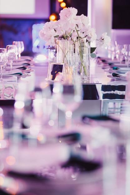 Mesa de casamento decorada em tons de violeta Foto gratuita