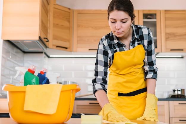 Mesa de cozinha de limpeza de mulher Foto gratuita
