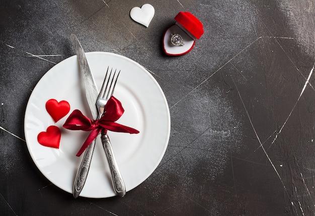 Mesa de dia dos namorados configuração romântica jantar casar comigo casamento anel de noivado Foto gratuita