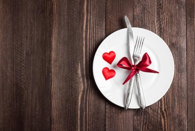 Mesa de dia dos namorados configuração romântica jantar casar-me casamento com garfo de placa faca Foto gratuita