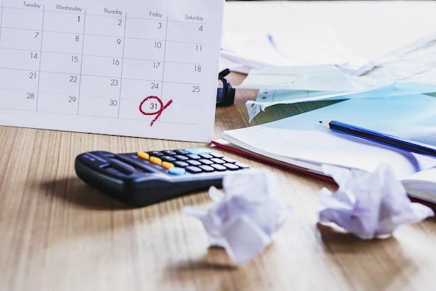 Mesa de escritório bagunçada durante a temporada de impostos Foto Premium