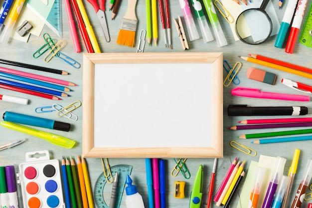 Mesa de escritório com arranjo de suprimentos Foto gratuita