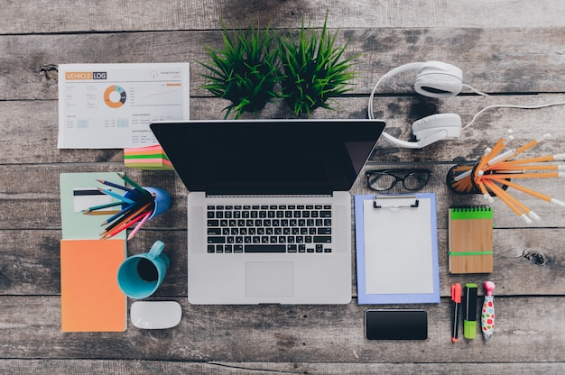 Mesa de escritório com computador, suprimentos Foto Premium