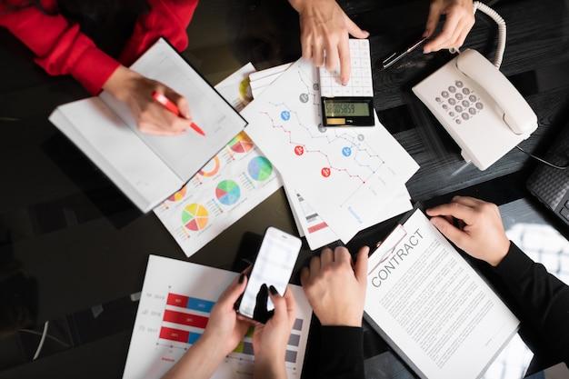 Mesa de escritório com documentos e vista superior da calculadora Foto Premium