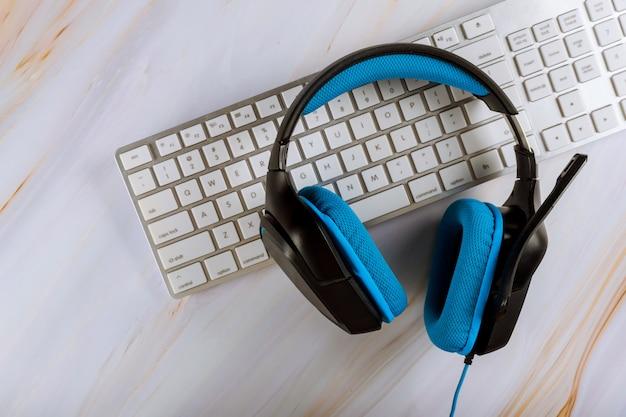 Mesa de escritório com fone de ouvido e pc teclado call center suporte tabela. veiw com espaço de cópia Foto Premium