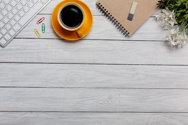 Mesa de escritório com o bloco de notas em branco e laptop Foto Premium