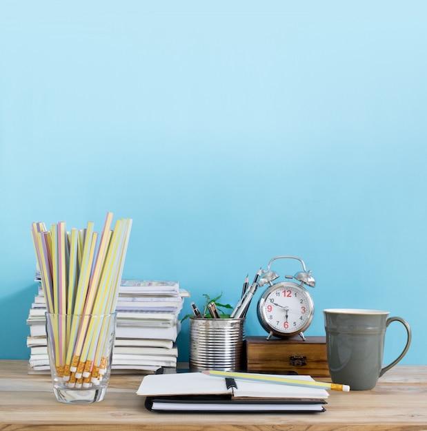Mesa de escritório com o bloco de notas em branco, local de trabalho no quarto. espaço de trabalho do escritório criativo. Foto Premium