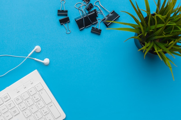 Mesa de escritório com suprimentos em azul, vista superior e cópia espaço para texto Foto Premium