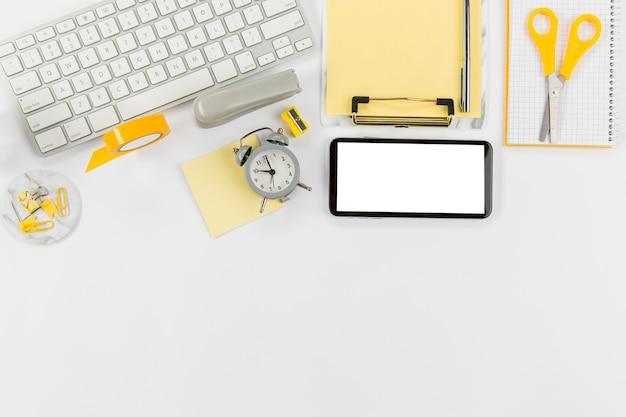 Mesa de escritório com teclado e telefone celular Foto gratuita
