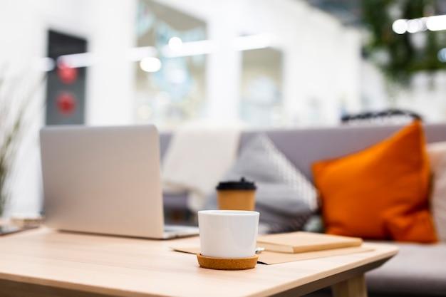 Mesa de escritório de baixo ângulo com xícara de café Foto gratuita