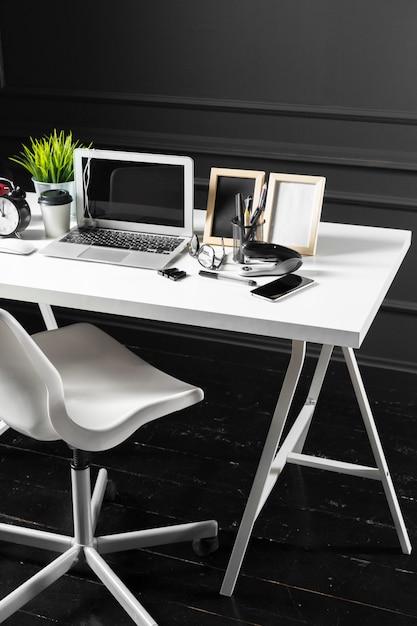 Mesa de escritório de couro com computador, suprimentos Foto Premium