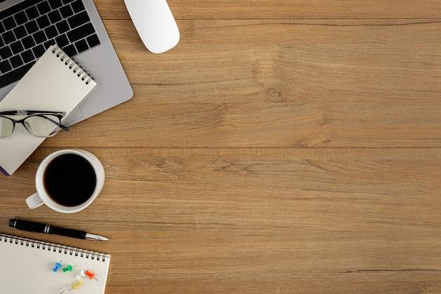 Mesa de escritório de madeira plana vista leiga, superior Foto Premium