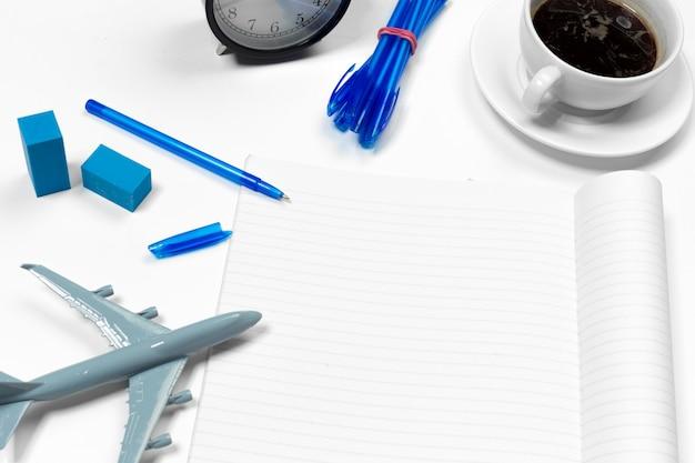 Mesa de escritório em branco com espaço de cópia para o seu texto. vista do topo. Foto Premium