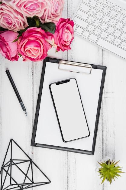 Mesa de escritório plana com flores Foto gratuita