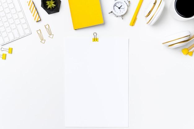 Mesa de escritório suspensa com modelo de nota de papel em branco Foto Premium
