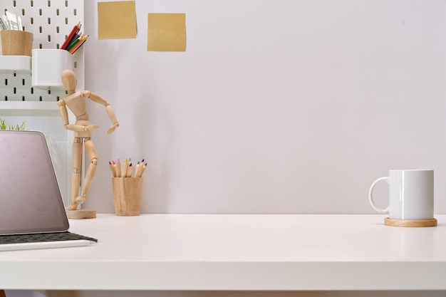 Mesa de espaço de trabalho moderna mesa minimalista e espaço de cópia Foto Premium