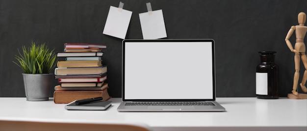 Mesa de estudo com simulação de laptop Foto Premium