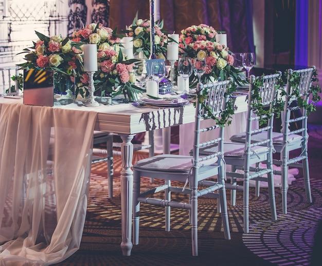 Mesa de evento de noivado com toalha de mesa de tule e flores Foto gratuita