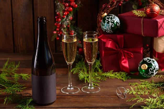 Mesa de férias de natal com copos e uma garrafa Foto Premium