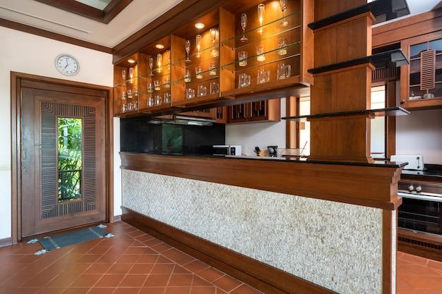 Mesa de jantar de madeira e balcão de bar na cozinha Foto Premium