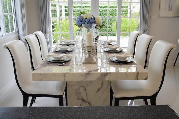 Mesa de jantar e cadeiras confortáveis em estilo vintage com ajuste de tabela elegante Foto Premium