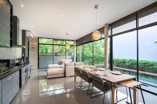 Mesa de jantar em design loft e espaço aberto para acesso à piscina Foto Premium