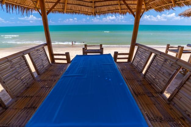 Mesa de jantar tropical à beira-mar na tailândia Foto Premium