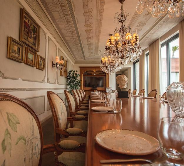 Mesa de luxo para reuniões e salas de jantar e várias cadeiras Foto gratuita