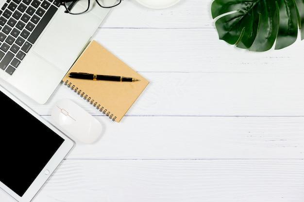 Mesa de madeira branca com caderno em branco e outros materiais de escritório Foto Premium
