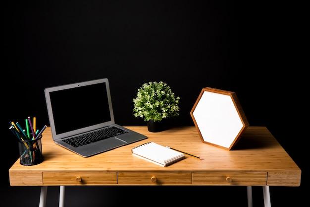 Mesa de madeira com laptop e notebook Foto gratuita