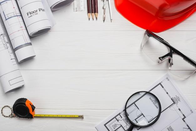 Mesa de madeira com material de arquiteto Foto gratuita