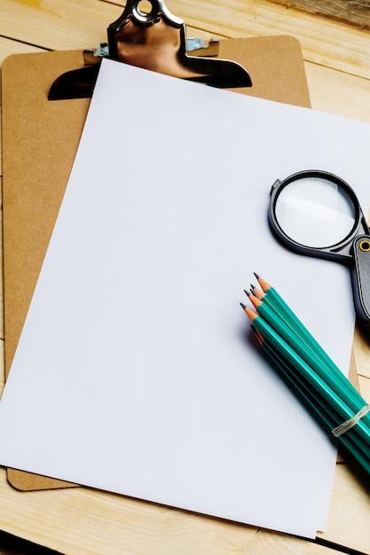 Mesa de madeira com material de escritório, vista superior Foto Premium