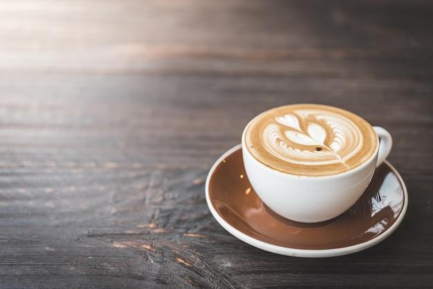 Mesa de madeira com uma chávena de café Foto gratuita