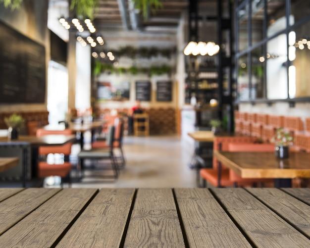 Mesa de madeira com vista para a decoração do restaurante Foto gratuita