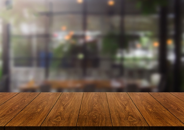 Mesa de madeira em desfocar o fundo do restaurante moderno Foto Premium