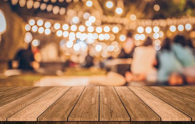 Mesa de madeira na frente abstrato restaurante turva luzes de fundo Foto Premium