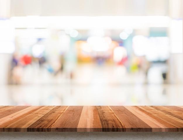Mesa de madeira vazia com borrão loja fundo boekh Foto Premium