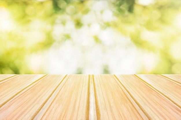 Mesa de madeira vazia com parque cidade borrada no fundo. Foto Premium